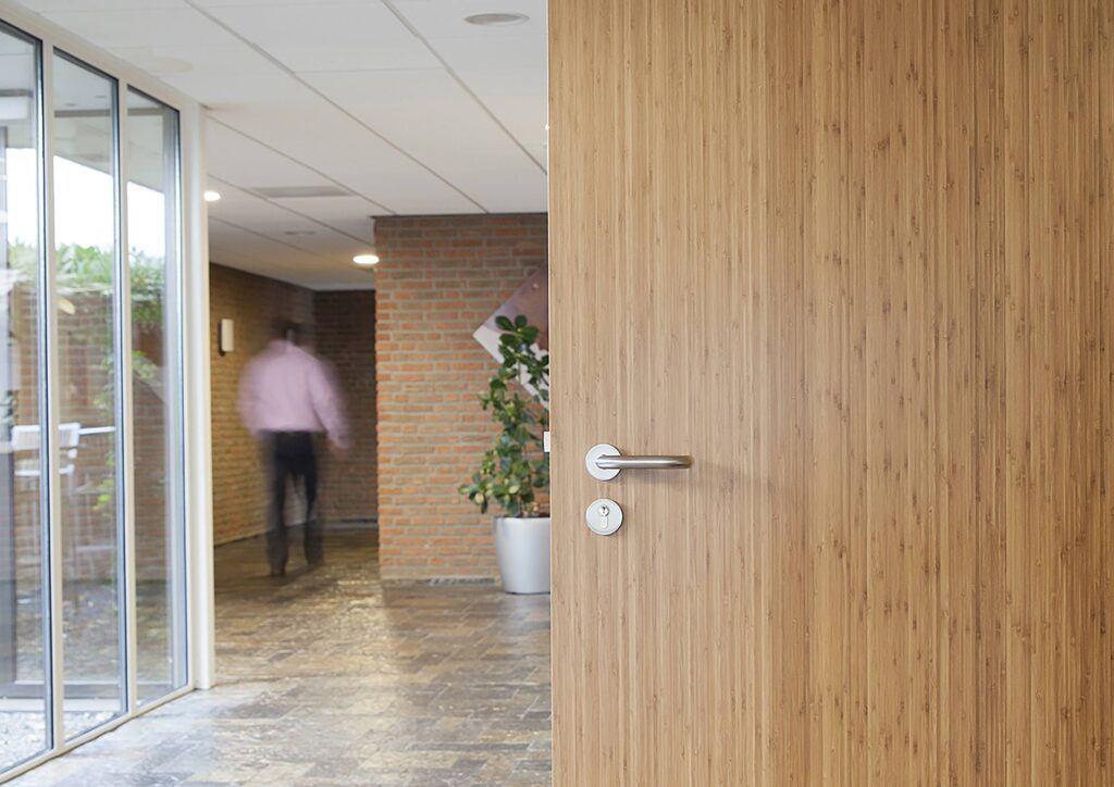 Bamboe deuren in Isala kliniek van REINÆRDT
