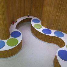 Les rouleaux flexibles Flexbamboo sont installés comme revêtements muraux dans la Clinique Midwives Groei