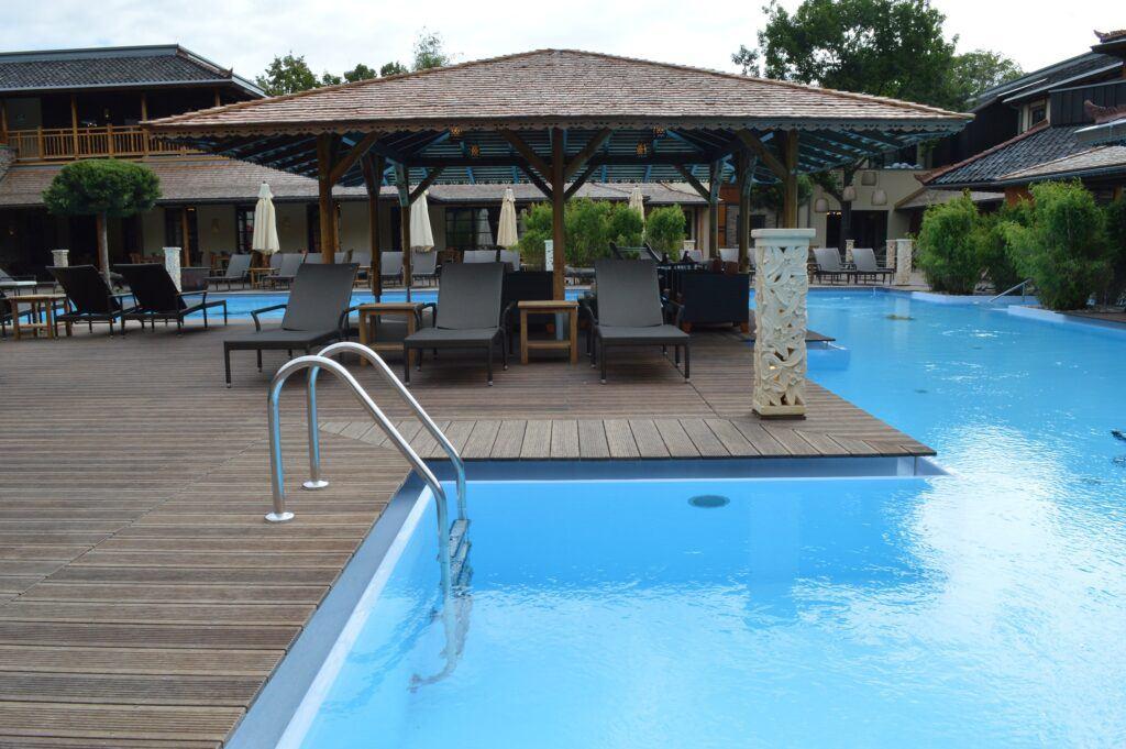 Terraza de bambu alrededor de la piscina Vabali Spa