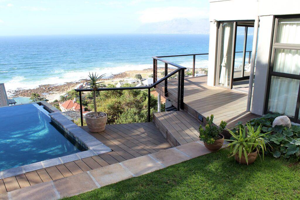 Bamboe balustrade en terras bij villa in Zuid-Afrika