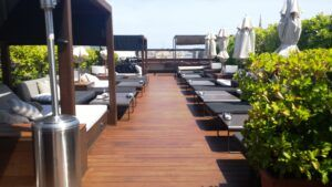 La terrasse en bambou MOSO Bamboo X-treme est installée à l'Hôtel 1898 Rooftop Ramblas Barcelone