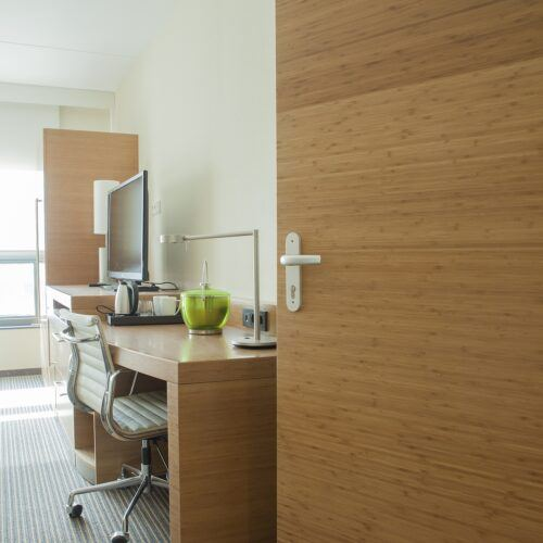 Los paneles de bambu MOSO están aplicados como puertas en el Hyatt Place Hotel - REINÆRDT puertas