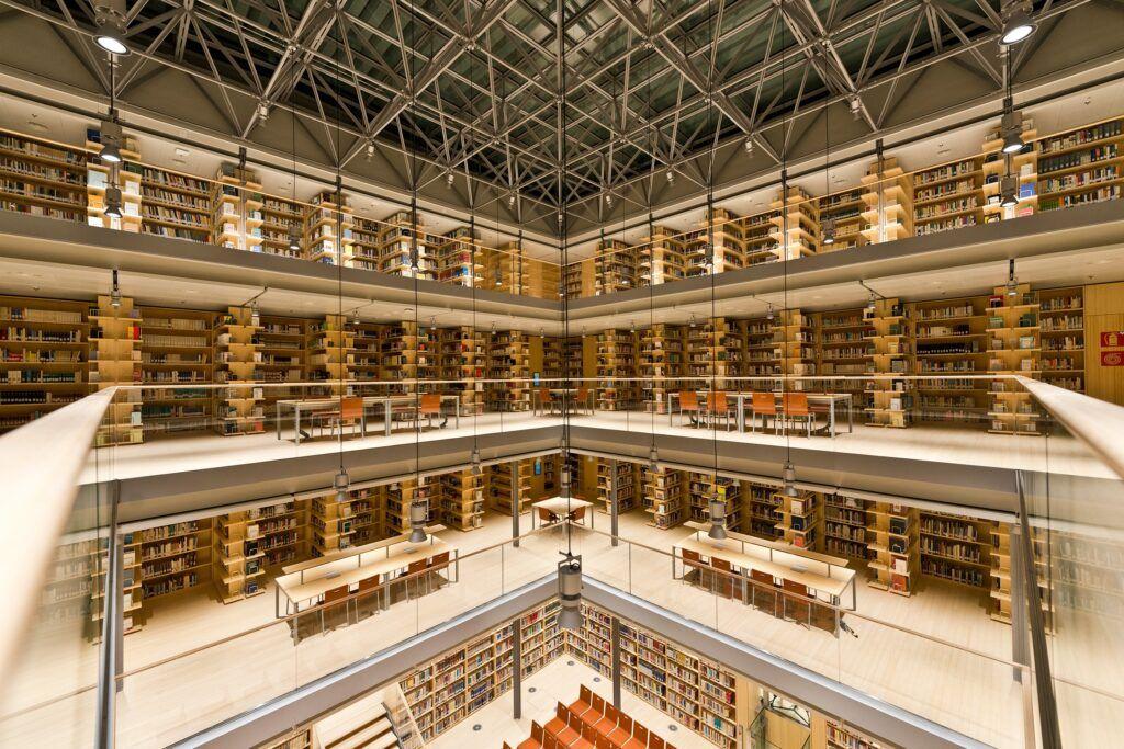 Bambus Bücherregale in der Zentralen Universitätsbibliothek Trento