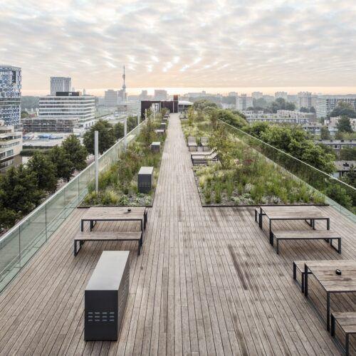 La terrasse en bambou MOSO Bamboo X-treme est installée au Jardin sur le toit De Boel