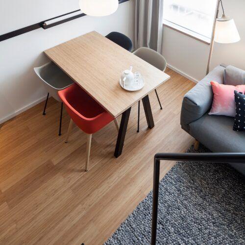 Bamboe vloeren en meubels in een modern hotel in Amsterdam