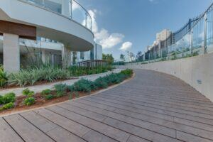 La terrasse en bambou MOSO Bamboo X-treme est installée dans un Planétarium Israël