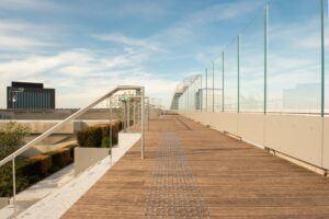 La terrasse en bambou MOSO Bamboo X-treme est installée à la Grande Arche de la Defense