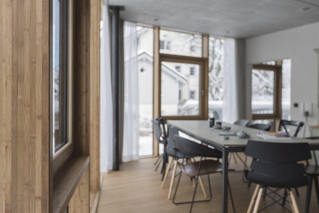 Bambusfußboden und Fensterrahmen in einem Privathaus